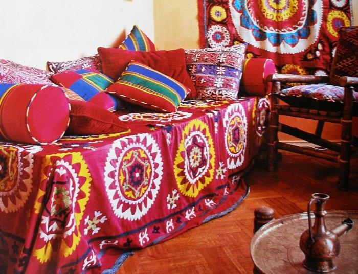 диван с красными подушками